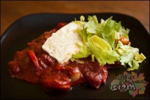 Biały ser smażony podany na sosie czerwonym