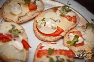 Serowo-serowe kanapki zapiekane z pomidorem i cebulą