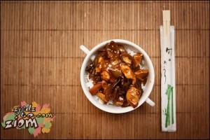 danie inspirowane kuchnią azjatycką - kurczak w sosie grzybowym