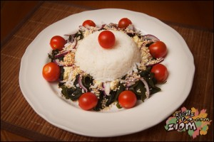 dekorowana pomidorami saładka wakame - łatwy przepis inspirowany kuchnią japońską