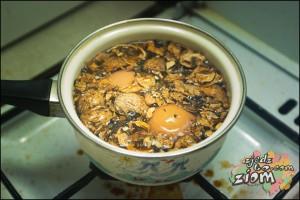 Barwienie jajek na brązowo w skorupach orzechów