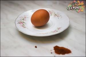 naturalne barwniki do malowania jajek: czerwona papryka