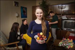 dziewczyna trzyma miskę jajek barwionych naturalnie
