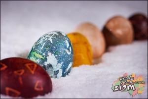 pisanki w śniegu