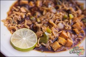 Chińska zupa noodle jak na propozycji podania