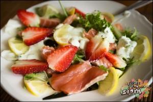 Sałatka łosoś i truskawki łatwy przepis