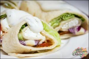 Tortilla z warzywami, serem, śmietaną i papryką jalapeno