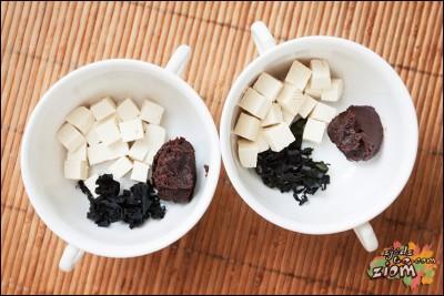 pasta miso, tofu i wakame w miseczkach