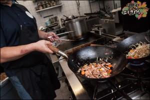 przygotowanie noodli w restauracji Momu