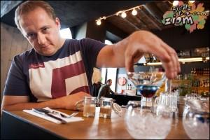 Barman prezentuje drinki w nietypowych kieliszkach